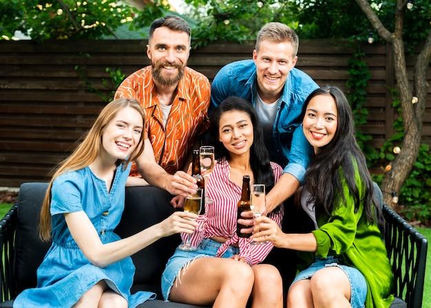 Вид спереди счастливых друзей вместе с напитками
