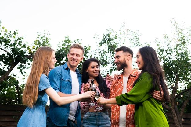 Низкий угол группы друзей вместе с напитками