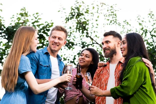 Группа друзей вместе с напитками
