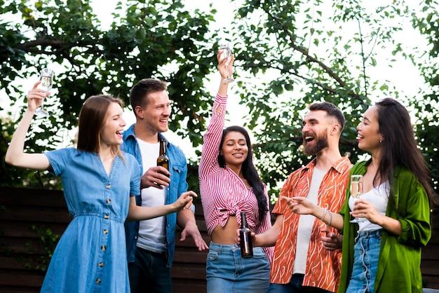 Вид спереди счастливых людей на открытом воздухе
