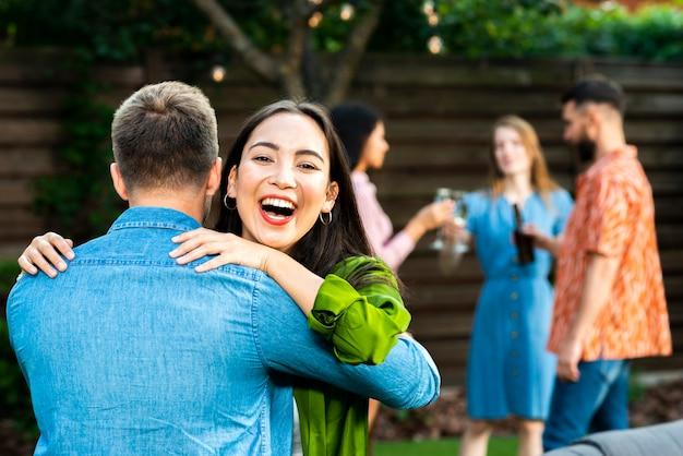 Счастливая молодая девушка обнимает друга