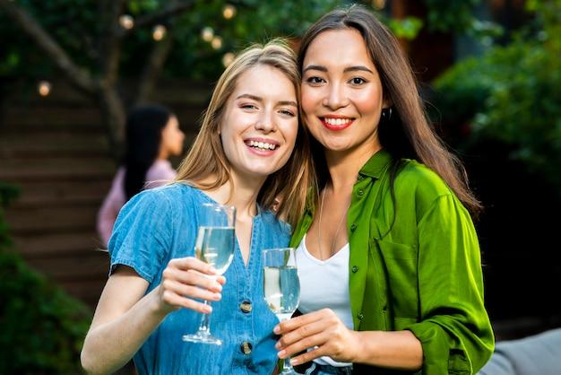 Вид спереди милые молодые девушки с напитками