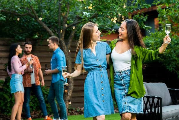 Вид спереди молодые девушки улыбаются друг другу