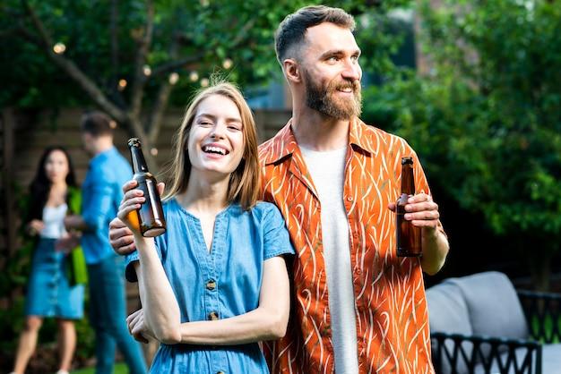Вид спереди молодых друзей, занимающих напитки