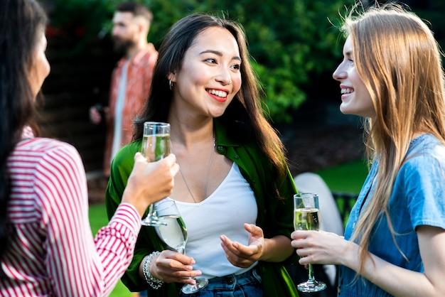 Вид спереди группы девушек, общение с напитками