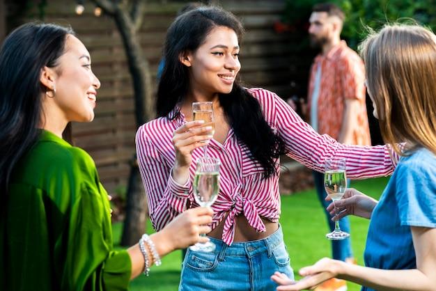 Группа молодых девушек с бокалами шампанского