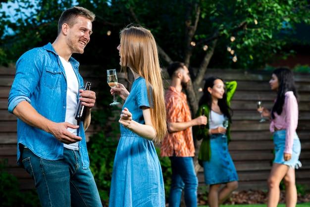 Вид спереди друзей с напитками, танцы