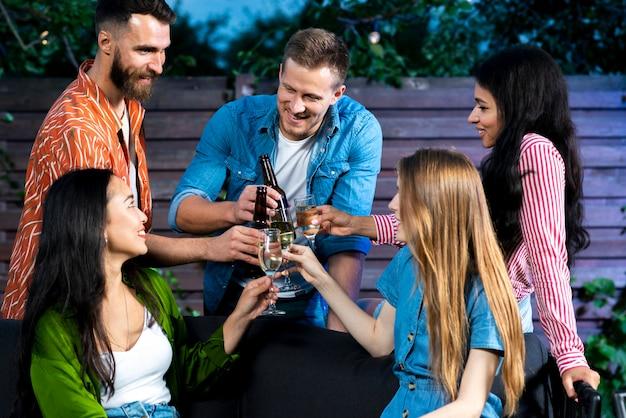 友達が一緒に屋外で飲み物を乾杯