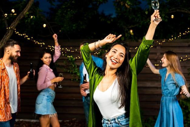 Вид спереди счастливая молодая девушка танцует