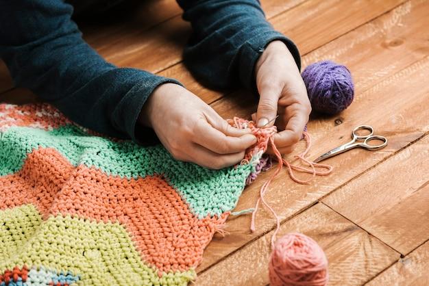 縫い付けられた織りのハイアングル完成品