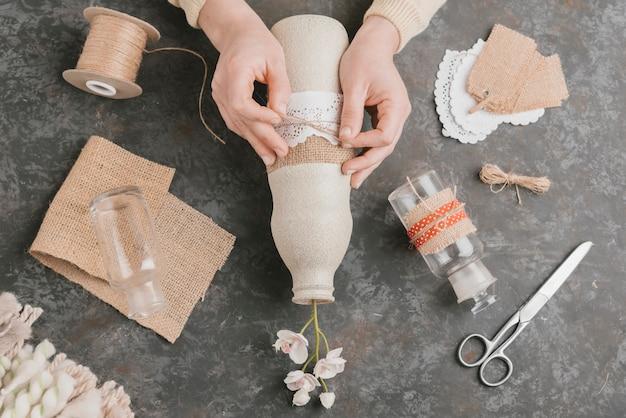 トップビューの最終的な芸術的なタッチ花瓶の作成