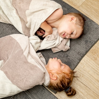 床に横たわっている子供のトップビュー