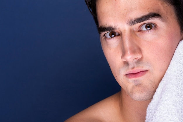 大人の男性のタオルで顔を洗浄