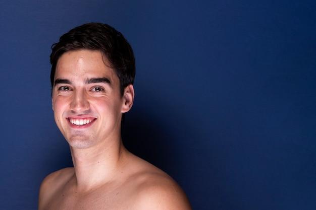カメラに笑顔美しい若い男性