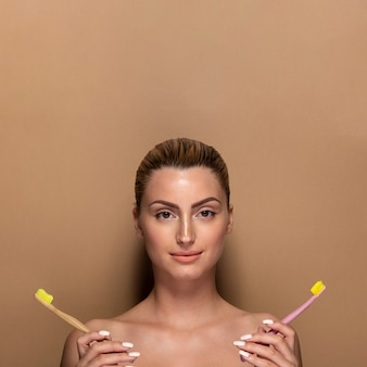 歯ブラシを持ってかなり若い女性