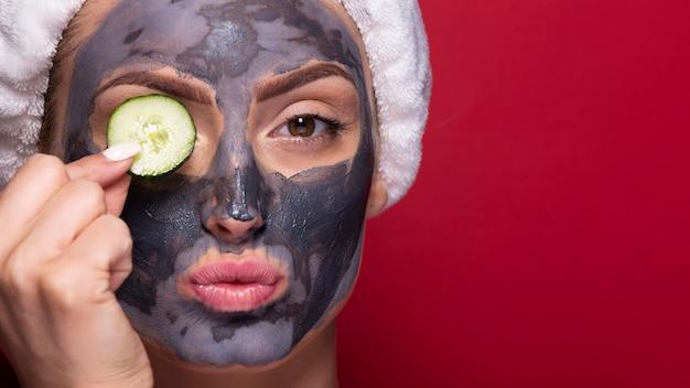 クローズアップの顔のマスクを持つ大人の女性