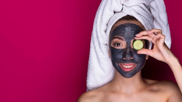 フェイスマスクと美しい女性