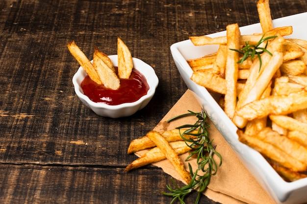 Высокий угол картофеля фри и кетчупа