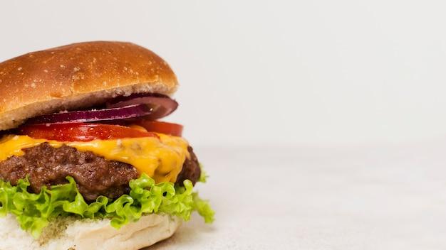 白い背景を持つハンバーガーのクローズアップ