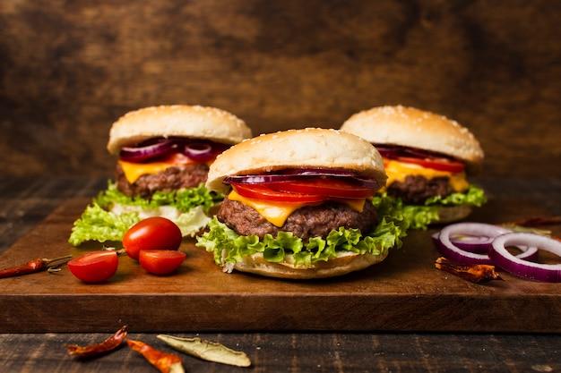 木製トレイのハンバーガーのクローズアップ