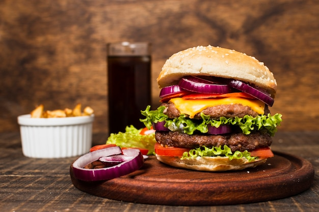 ハンバーガーとフライドポテトとファーストフードの食事