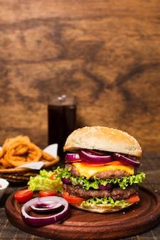 オニオンリングとハンバーガーのクローズアップ