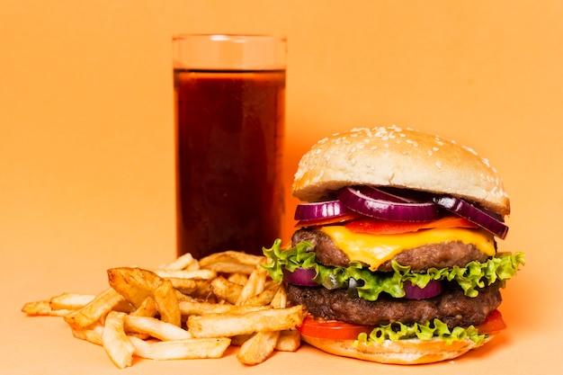 ソーダとフライドポテトのハンバーガー