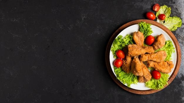 Тарелка жареной курицы с копией пространства