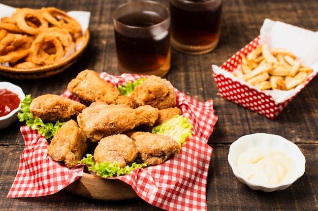 フライドチキンとファーストフードの食事