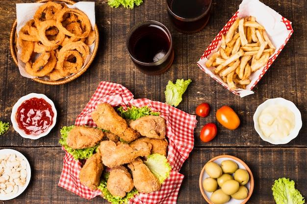 木製テーブルの上のジャンクフードの食事のフレイレイアウト