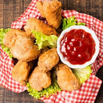 Крупный план жареной курицы с кетчупом