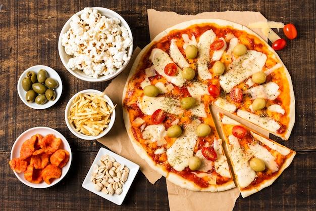 木製のテーブルにピザのフラットレイアウト