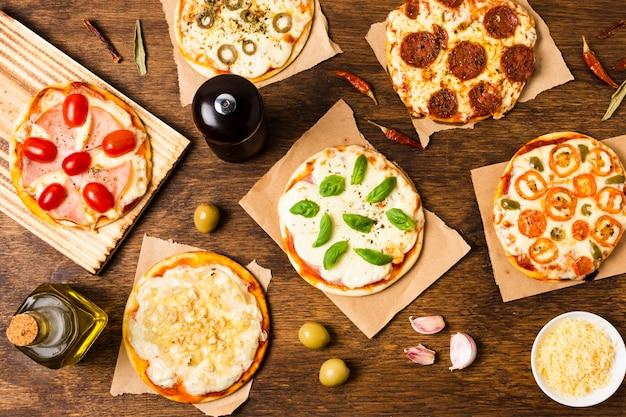 木製のテーブルでピザのトップビュー