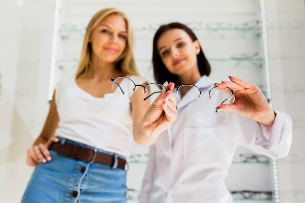 女性と眼鏡屋の正面図