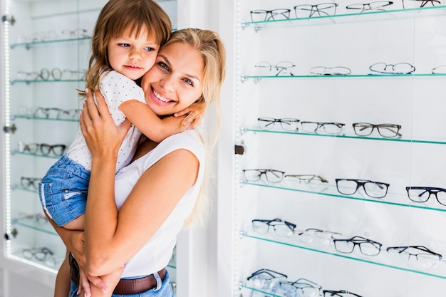 眼鏡屋で母と娘