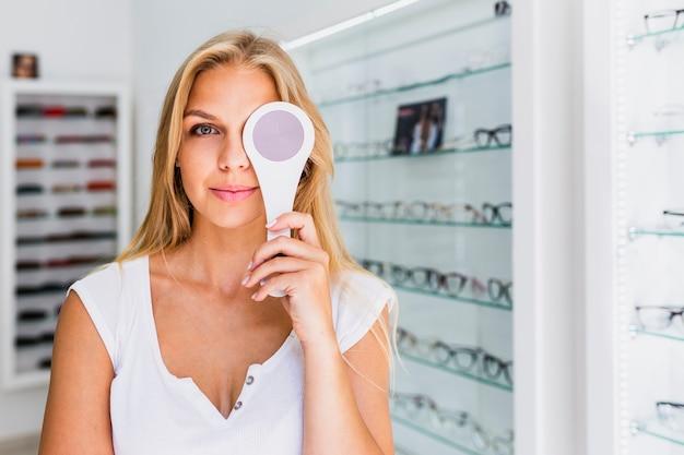 Средний снимок женщины при осмотре глаз