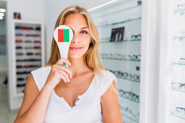 Вид спереди женщины во время осмотра глаз