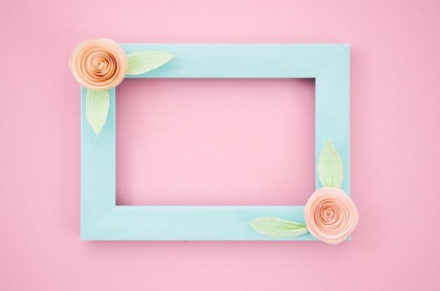 ピンクの背景に青のエレガントな花のフレーム