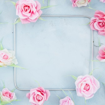 セメントの背景に正方形の花のフレーム