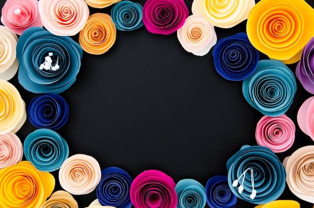 黒い背景に平面図かわいい花のフレーム