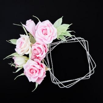 黒い背景にトップビュー装飾花のフレーム
