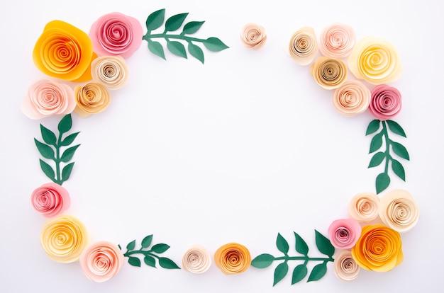 Вид сверху бумажные цветы и листья на белом фоне