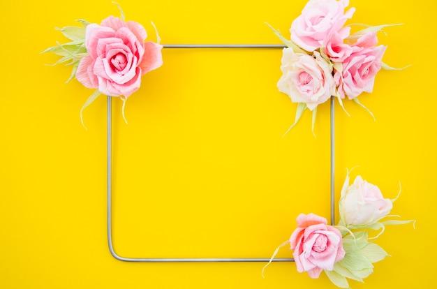 バラのフレームと黄色の背景
