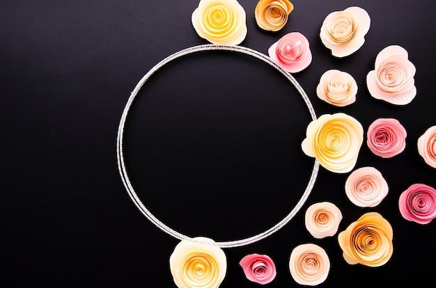 かわいい紙の花のフレームとフラットレイアウト黒背景