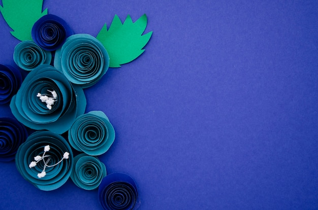 Декоративная рамка из синих бумажных цветов с копией пространства