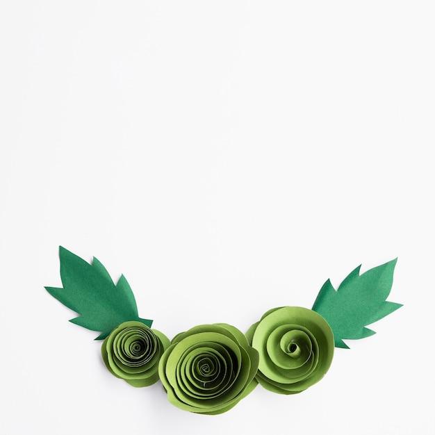 Зеленая цветочная рамка на белом фоне