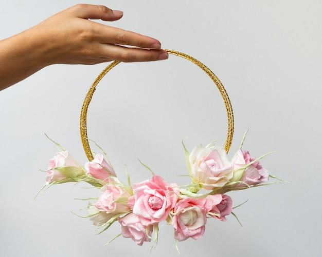 白地にかわいい花のフレームを保持している女性