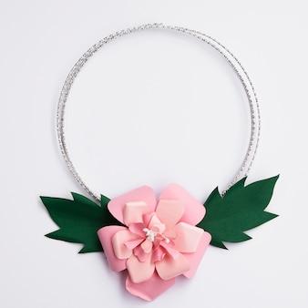 Симпатичная розовая бумажная цветочная рамка