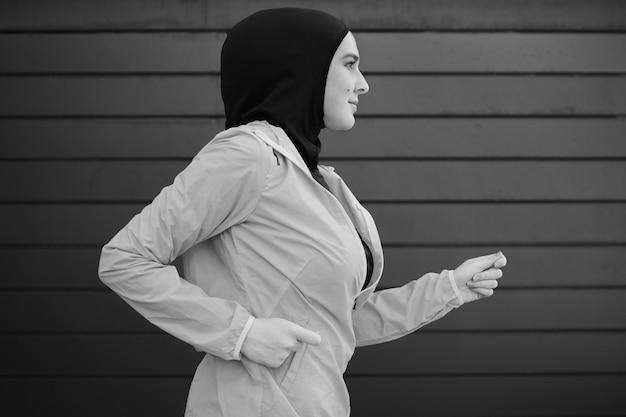 走っている女性の側面図