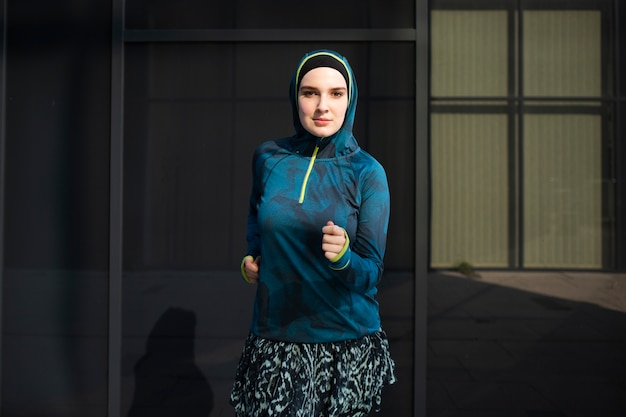 青いジャケットを着ている女性の正面図